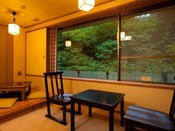 ~川側和室 広縁~ 椅子テーブルを配した広縁からは、四万川ライトアップがご覧いただけます。