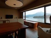 【別館】展望風呂付和洋特別室/大きな窓からは、阿寒湖と雄阿寒岳が広がります。