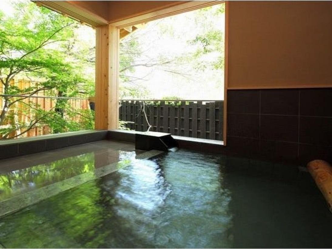 【貸切露天風呂「蛍雪の湯」】利用時間:15時20分~23時20分(40分交代制)フロントにてご予約いただいてのご利用となります。 岩の湯は夕食のお時間まで男女別の共同風呂となっております。