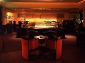 """メインバー キャッスルで、マティーニらしいマティーニをどうぞ。和と洋のエッセンスが醸し出すコントラストが、優雅で落ちついた大人の雰囲気を演出する、まさにホテルニューオータニ大阪の""""メインバー""""です。"""