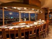 鉄板焼「けやき」は、鉄板の上で繰り広げられるシェフの妙技と旬の味覚がお楽しみいただける、絶好のロケーションのレストランです。