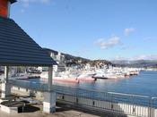気仙沼魚市場:2階には見学デッキが設けられており、魚市場を真上から見学できます。当館から車で約8分。
