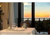<洋食レストラン「エスカーレ」>窓の外に広がる美しい東シナ海と夕景が大切な時間をロマンティックに演出(※写真はイメージ)