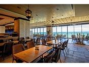 <ビュッフェレストラン「シーフォレスト」>窓一面に東シナ海が広がる開放的な店内で、ホテル自慢の味を心行くまでご堪能ください。