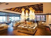 <ビュッフェレストラン「シーフォレスト」>洋食・和食・沖縄料理など多彩なメニューをビュッフェスタイルでご提供するメインダイニング。※朝食/6:30~10:30 (LO/10:00)※ディナー/17:30~21:30 (LO/21:00)