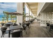 <タイガービーチカフェ>オープンテラスで潮風を感じながら楽しむバーベキューディナーが人気。沖縄ならではの夜をお楽しみください。※4~11月営業