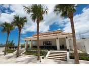 <サンセットカフェ>水着のままご利用いただける、プールサイドカフェ。トロピカルドリンクを片手に、リゾートならではの時間をお楽しみください。※営業時間/9:00~17:00※4月~10月営業
