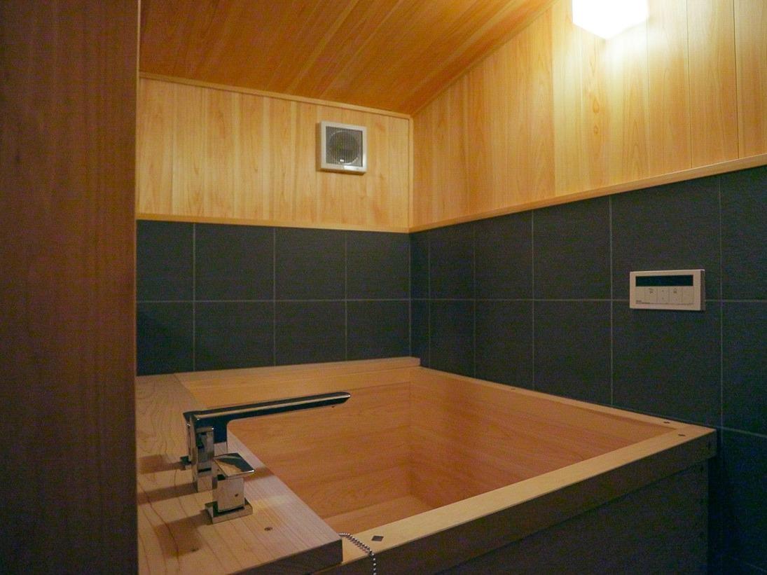 【檜風呂】客室には職人が丹精込めてつくった檜風呂をご用意。檜の香りに癒される至福のバスタイムをお過ごしください。※一部客室はシステムバスのご用意です。