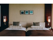 ■禁煙グランドツイン/ワイドビュールーム(コーラルウィング/8階~9階)※客室一例。全室禁煙ルーム。落ち着いた色調のお部屋からは白い砂浜も美しい与那覇前浜ビーチがグラデーション鮮やかに見渡せます。