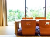 ■和洋室(オーシャンウィング/2階・ガーデンビュー)ツインルームに6畳の和室が併設された和洋室タイプ。ファミリーやグループにおすすめです。※正ベッド2台のお部屋です。3名様以上のご利用は畳間にお布団をご用意致します。※2018年3月リニューアル