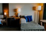■禁煙プレミアムツイン/ビューバスルーム(コーラルウィング/4階~7階)※客室一例。全室禁煙ルーム。バスルームからも東洋一と称される前浜ビーチが一望でき、素敵なリゾートライフをお過ごしいただけます。