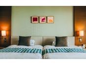 ■禁煙プレミアムツイン/ワイドビュールーム(コーラルウィング/5階~7階)※客室一例。全室禁煙ルーム。ワイドビューの窓からは、エメラルドグリーンの海が一望でき、特別なひと時をご堪能いただけます。