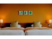 ■禁煙スーペリアツインルーム(コーラルウィング/3階~4階)※客室一例。全室禁煙ルーム。イエローを基調とした明るいお部屋です。最大4名様までご宿泊可能なため、ファミリーやグループでのご利用におすすめです。