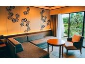 ■ファミリー洋室(オーシャンウィング/1階・ガーデンビュー)紅型が装飾され、お部屋で寛ぎながら沖縄を感じられるのが魅力です。奥に広々としたスペースがあり、ご家族やグループにおすすめです。※正ベッド2台のお部屋です。※2018年3月リニューアル