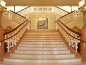 階段を上ってロビーへ。アリスのモザイク画は必見!