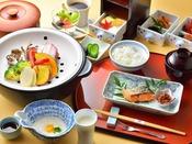 朝摘み地元野菜を利用した、こだわりの和朝食(一例)
