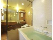 【バスルーム】3.2平米の洗い場付き(※一部客室は異なります)