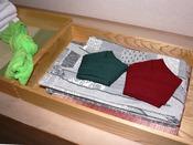 【クローゼット内1】浴衣セット(帯[男…緑/女…赤]・浴衣[男女共用・サイズはLL/L/M/S/SS]・丹前[男…緑/女…赤]) 左奥は子供用浴衣です[サイズL/M/S])
