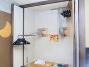和室のクローゼットはリフトハンガーになっております