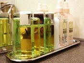 【客室洗面所2】(手前から)ヘアリキッド・ヘアトニック・スキンコンディショナー・化粧水・乳液