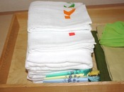 【クローゼット内2】タオル・バスタオル(大浴場にご用意がございませんので、客室からお持ち下さい) 手前は巾着袋