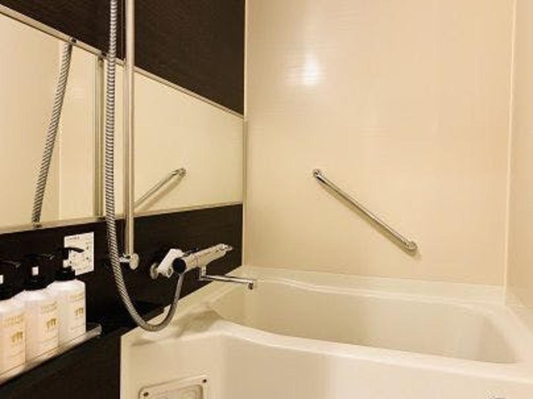 洗い場付きのお風呂です。ロビーフロント前のアメニティBARには入浴剤もご用意しております。ゆっくりと1日の疲れを癒してください♪