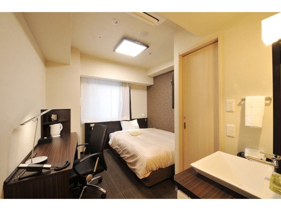 【喫煙グランデルーム】お風呂・トイレ・洗面台がすべて独立した約15平米の客室です。ベッドは140cm幅のダブルベッドを設置しております。*2名利用の際には枕・タオルなどを2名分セットしております。