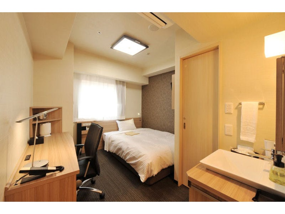 【禁煙グランデルーム】お風呂・トイレ・洗面台がすべて独立した約15平米の客室です。ベッドは140cm幅のダブルベッドを設置しております。*2名利用の際には枕・タオルなどを2名分セットしております。