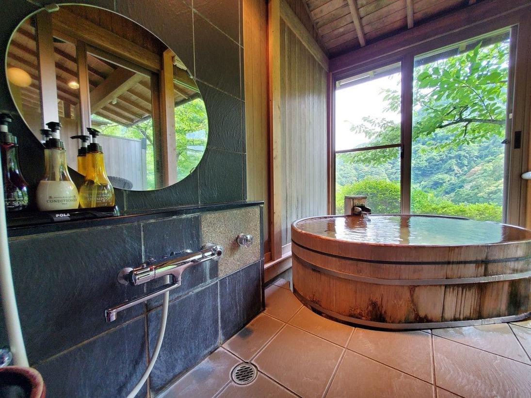 特別室 自然に囲まれた解放感ある景観を眺めながら入る客室露天風呂