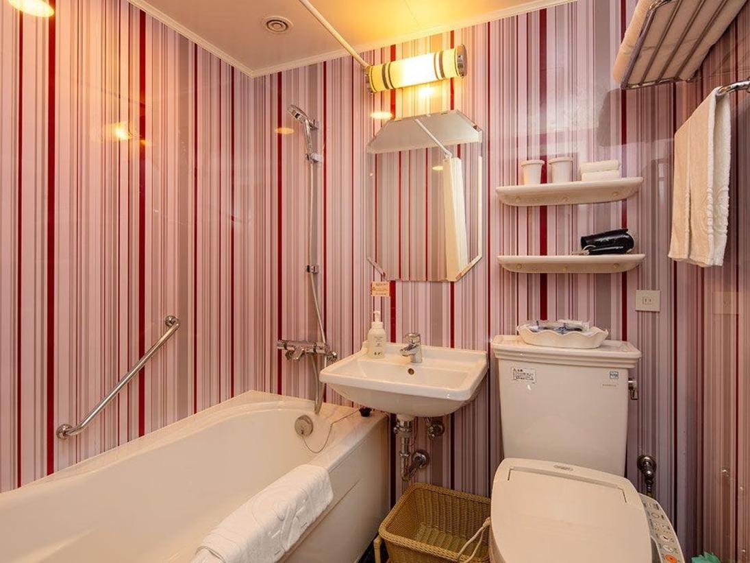 【お部屋のバスルーム】ゆったりした作りのバスタブでお寛ぎ下さい。