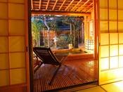 二間の合計20畳のゆったり空間の特別室。庭側に桧の湯船の露天風呂も備え、個人の時間を大切にした造りとなっております。