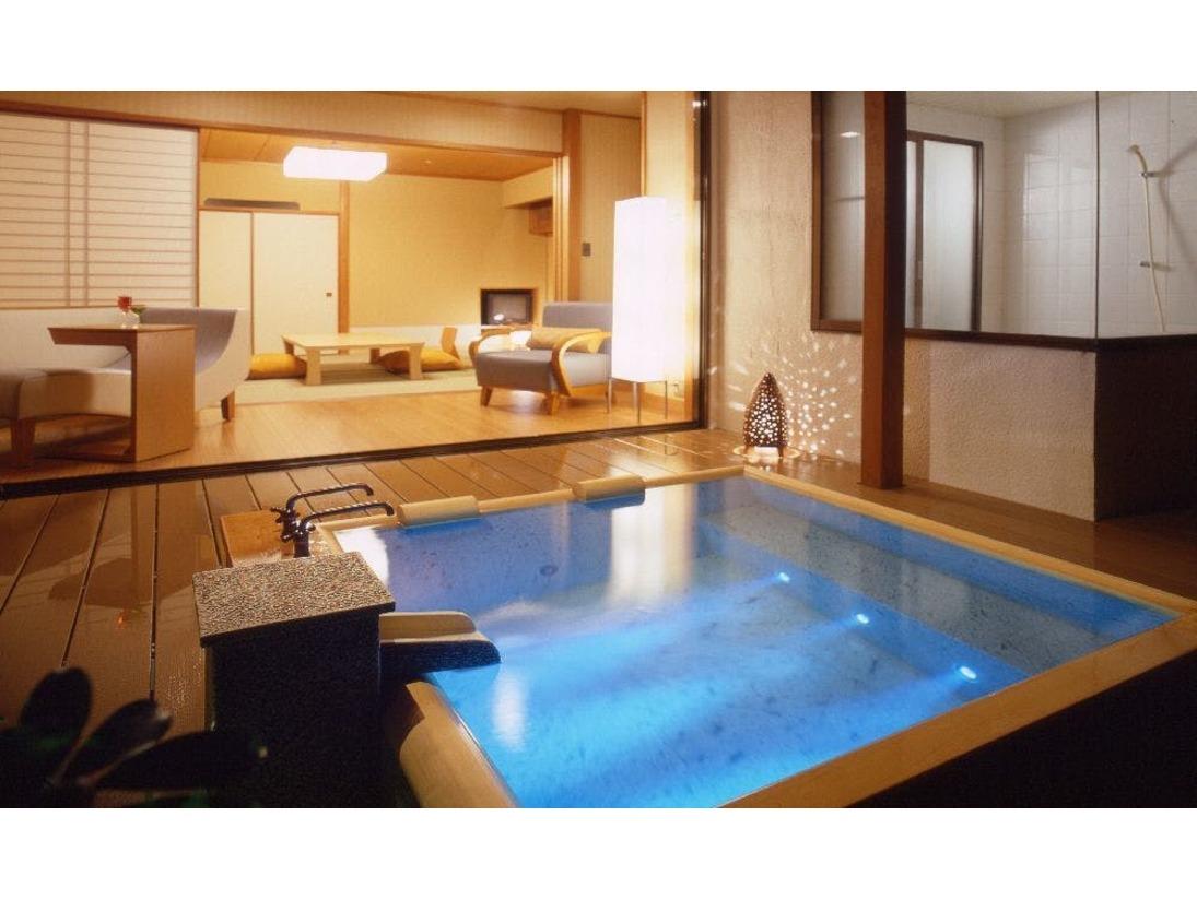 露天風呂付客室「212」号室。【コーナースウィート】ウォシュレットトイレ付きこちらのお部屋はご指定いただけます(別途有料)