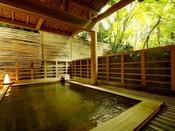 【新館:小涌谷温泉/笹の湯】開放的な緑の庭を眺められる檜露天風呂。