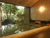 【本館:宮ノ下温泉/星の湯】肌触りの良い檜風呂が自慢の内湯。