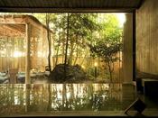 【本館:宮ノ下温泉/星の湯】大きな窓から外の風景を眺めながら温泉を満喫。