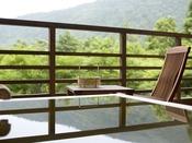 【新館:水花の庄/和洋室35平米】客室露天風呂で、自然の中で寛ぎのひとときを満喫。※温泉ではございません