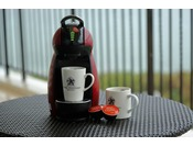 <コーヒーメーカー>飲みたくなったらすぐ飲める、1杯抽出タイプのコーヒーメーカー。海を眺めながら優雅なコーヒータイムをお過ごしください。(ダブルルーム、スタンダードルーム、スーペリアルームのお部屋にはご用意がございません)
