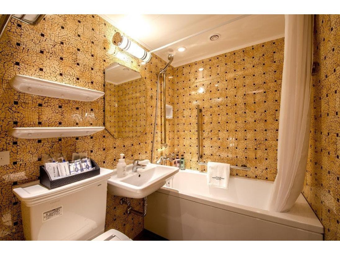 【ダブルルーム/バスルーム】ダブルルームのみトイレと同室となります。