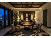 <ロイヤル>刻一刻と変化する美しい風景が広がるオーシャンビューの客室で、ゆったりと寛ぎのひと時をご堪能ください。(客室一例)