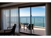 <ラグジュアリー>全室オーシャンビュー&バルコニー付の客室は海に向かってベッドが配され、リゾートならではの開放感。浴室は広いバスタブと洗い場付で小さなお子様連れのご家族にもおすすめ(客室一例)