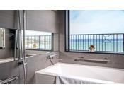 <オーシャンバス/バスルーム>窓から海が見えて開放的です。