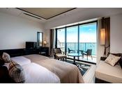 <スーペリア>沖縄の自然を基調にした、すっきりと洗練されたデザインに、快適さを考慮されたインテリア。大きな窓から美しい海を眺めて、リゾート気分を満喫して下さい(客室一例)