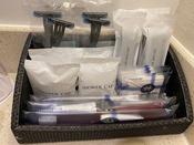 <アメニティ>プレミアムクラブフロアの客室以外のアメニティです。歯ブラシ、シャワーキャップ、ヘアブラシ、レザー、コットンセット(コットン、綿棒)をご用意しております。※写真は4名様セットとなります。