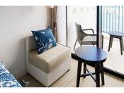 <ダブル>ホワイトとブルーのコントラストのデザインの客室は、リゾートホテルらしくリフレッシュできる雰囲気をかもし出します。ベッドからは寝そべったまま沖縄の空と海をご覧いただけます。※バスルームはユニットタイプとなります(客室一例)