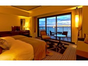 <デラックス>コロニアルデザインの色・形をモチーフにリゾート感のある素材を用いた客室はシックで落ち着いた雰囲気。海に向かって配置されたベッドレイアウト、広いバルコニーなど、リゾートならではの解放感が魅力(客室一例)