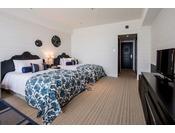 <スタンダード>ブリティッシュコロニアルデザインをベースに沖縄の空と海をテーマにデザイン。白とブルーのコントラストが鮮やかな客室は、爽やかな休日を演出してくれます(客室一例)