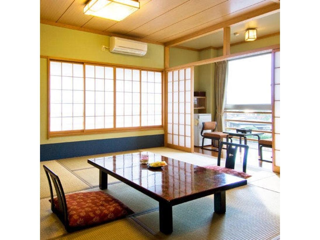シャワートイレ付きの12~15畳の和室です。(2~5名定員)プラズマクラスター空気清浄機(加湿機能付き)を完備しております。Wi-Fi(無線LAN)が完備しておりますのでインターネット接続が無料でご利用いただけます。