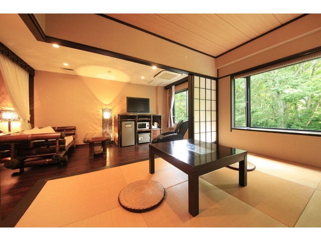 寛ぎ易い琉球畳とフローリングの二間タイプ。マッサージチェアで日頃の疲れをリフレッシュ。
