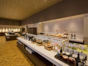 【朝食会場:スパッチオ】和洋の豊富なメニューが随時提供されてまいります。