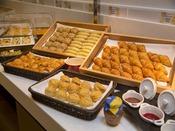 【朝食イメージ】洋食スタイルには欠かせないパンも豊富にご用意しております